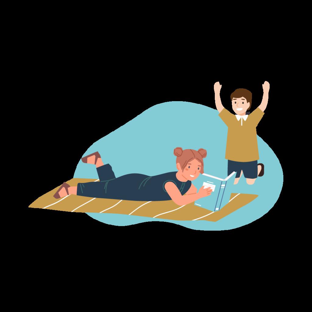 En flicka som ligger på magen och läser samt en glad pojke i bakgrunden