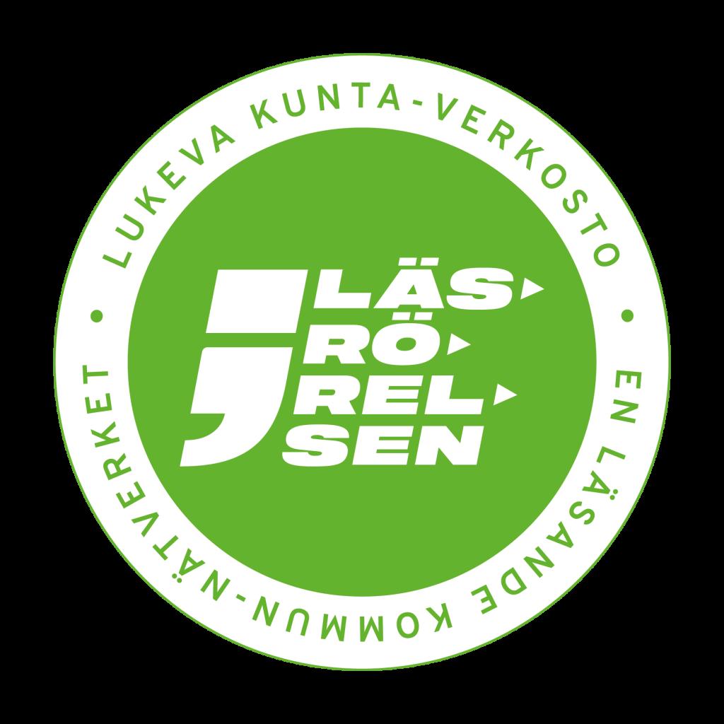 Rund logotyp. Texten Läsrörelsen med vit text mot grön bakgrund. Runt om texten Lukeva kunta - verkosto, En läsande kommun - nätverket